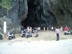 遊客進入洞內